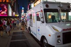 Camión blanco del helado en una calle apretada en la noche en Nueva York C fotos de archivo