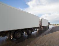 camión blanco en la carretera en puesta del sol Imágenes de archivo libres de regalías