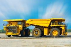 Camión carbonífero en la barra del estacionamiento, camión volquete estupendo, equipm pesado Imagenes de archivo