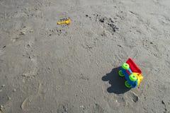 Camión colorido del juguete en la playa arenosa foto de archivo libre de regalías