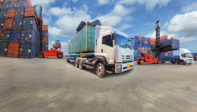 Camión con el cargo industrial del envase para las importaciones/exportaciones logísticas fotos de archivo libres de regalías