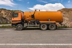 Camión con el tanque de agua previsto para la construcción imagenes de archivo
