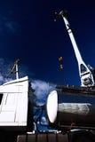 Camión con el tanque de la galjanoplastia de cromo y grúa en el puerto Fotografía de archivo libre de regalías