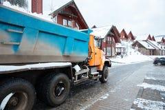 Camión con la nieve que conduce en la calle del pueblo Imagen de archivo
