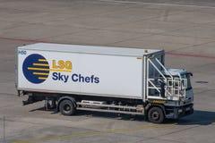 Camión de abastecimiento de los cocineros del cielo de LSG en el aeropuerto de Berlin Tegel Fotos de archivo libres de regalías