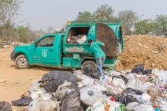 Camión de basura de Pai Subdistrict Administrative Organization que descarga la basura en la charca de la disposición de basura Fotos de archivo