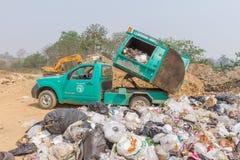 Camión de basura de Pai Subdistrict Administrative Organization que descarga la basura en la charca de la disposición de basura Foto de archivo libre de regalías