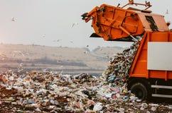 Camión de basura que descarga la basura Foto de archivo libre de regalías