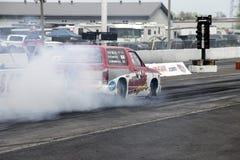 Camión de Chevrolet en la acción en la pista Imagenes de archivo