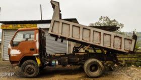 Camión de descarga Imágenes de archivo libres de regalías