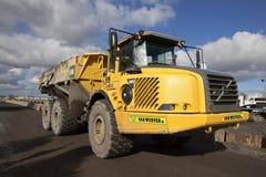 Camión de descargador amarillo grande Fotos de archivo