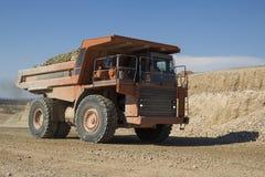 Camión de descargador pesado que trabaja en un emplazamiento de la obra foto de archivo libre de regalías