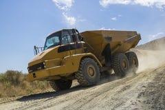 Camión de descargador pesado que trabaja en un emplazamiento de la obra imagen de archivo libre de regalías