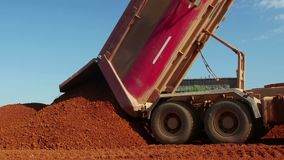 Camión de descargador que descarga el mineral para la fábrica almacen de metraje de vídeo