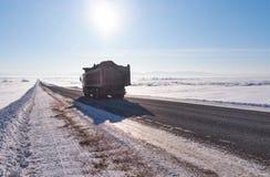 Camión de Kamaz en el camino del invierno y árboles debajo de la nieve en Altai Imagen de archivo libre de regalías