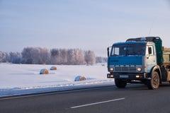Camión de Kamaz en zona del camino M52 Chuysky en la estación del invierno Fotos de archivo libres de regalías