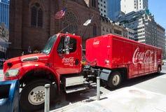 Camión de la Coca-Cola fuera de las jefaturas en Manhattan Fotografía de archivo libre de regalías