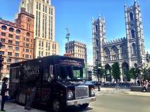 Camión de la comida cerca de la catedral de Notre Dame Fotos de archivo libres de regalías
