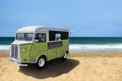 Camión de la comida en la playa Fotografía de archivo