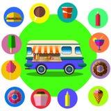 Camión de la comida entre las palmeras en la playa tropical Fotos de archivo