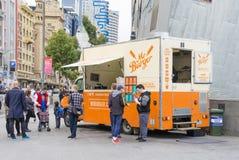 Camión de la comida que vende las hamburguesas en la calle de Melbourne Imagenes de archivo