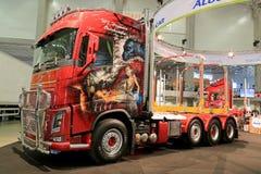 Camión de la demostración de Volvo FH16 con las pinturas del aerógrafo Fotografía de archivo
