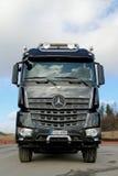 Camión de la madera de Mercedes-Benz Arocs 3263 Foto de archivo