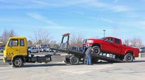 Camión de la recuperación que es cargado foto de archivo libre de regalías