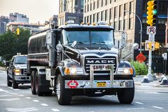 Camión de Mack conducido por el conductor de camión en las calles de NYC foto de archivo libre de regalías