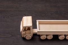 Camión de madera con el remolque, en superficie de madera Foto de archivo libre de regalías