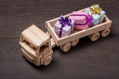 Camión de madera del juguete con las cajas de regalo Fotografía de archivo libre de regalías