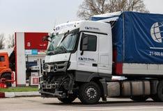 Camión de Mercedes-Benz Actros con una parte delantera quebrada Foto de archivo