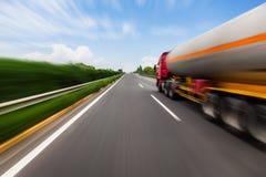 Camión de petrolero borroso movimiento en la carretera Concepto de la industria química y de la contaminación Fotografía de archivo