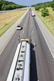 Camión de petrolero de la gasolina en la carretera nacional Imagen de archivo libre de regalías