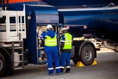 Camión de reaprovisionamiento de combustible que se prepara para reaprovisionar los aviones de combustible Imágenes de archivo libres de regalías