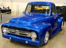 Camión de recogida azul de Ford de la antigüedad de la condición de la sala de exposición Imagen de archivo libre de regalías
