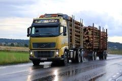 Camión de registración de Volvo FH en el camino lluvioso Imágenes de archivo libres de regalías