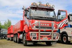 Camión de remolque rojo de Sisu para la construcción Fotos de archivo libres de regalías