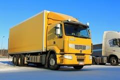 Camión de reparto amarillo de Renault Premium 410 imagenes de archivo