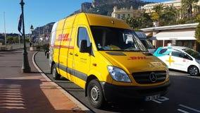 Camión de reparto amarillo de DHL en Mónaco almacen de metraje de vídeo