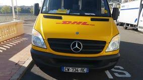 Camión de reparto amarillo de DHL en Mónaco almacen de video