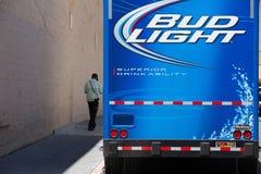 Camión de reparto azul de la luz del brote en la calle en San Francisco fotografía de archivo