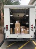 Camión de reparto con las cajas fotografía de archivo libre de regalías