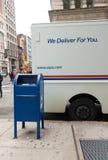 Camión de reparto del correo del servicio postal estadounidense imagenes de archivo