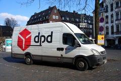 Camión de reparto dinámico de la distribución DPD Iveco del paquete foto de archivo
