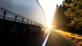 Camión de reparto en el camino fotos de archivo
