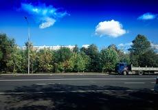 Camión de reparto en fondo vacío del transporte por carretera imágenes de archivo libres de regalías