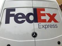 Camión de reparto de Fedex parqueado en un centro comercial imágenes de archivo libres de regalías