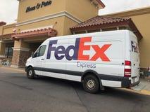 Camión de reparto de Fedex parqueado en un centro comercial imagenes de archivo
