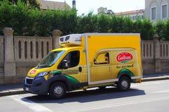 Camión de reparto de Galbani imagen de archivo